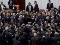 Erdoganove právomoci vyvolali potýčky v tureckom parlamente