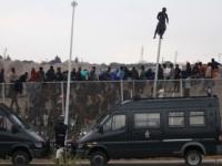 Stovky migrantov preliezli plot, vnikli do španielskej Ceuty