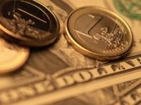 Dolár oslabil oproti euru aj voči jenu