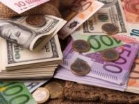 Dolár klesol voči euru, oproti jenu posilnil
