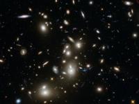 Hubblov teleskop odfotil vzdialenú kopu galaxií